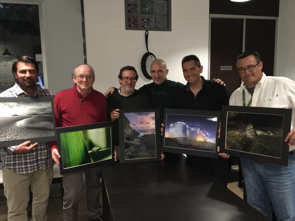 Nuestro jurado con las fotografías ganadoras.